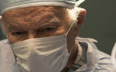 Renowned surgeon, known for his generosity and humanitarian work, asked to be buried in his scrubs (Inglés)